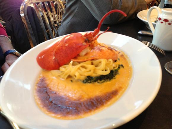 Homard Nouvelle Ecosse cuit en gratin (1\2 homard d'une pièce de 650 grammes) servi avec tagliatelles, épinards frais en branches et sauce homardine -34 euros