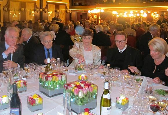 13. Très belle table admirée par Bernadette et Marcel Guigal