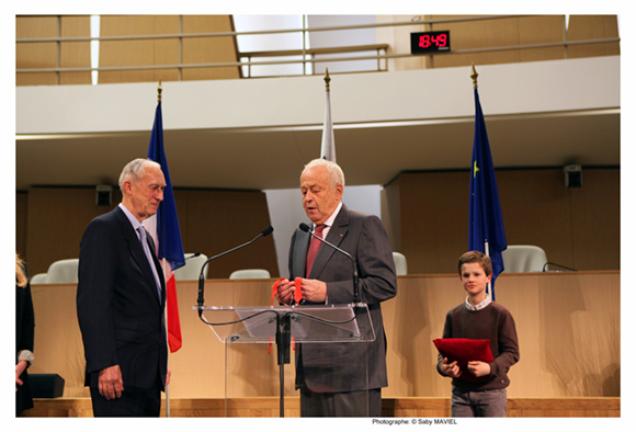 26. Alain Mérieux lui remet sa cravate de commandeur…