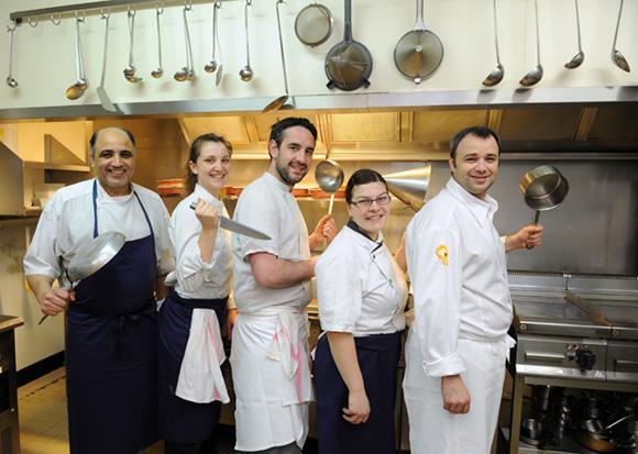 3. Auparavant seul, Olivier dirige désormais une brigade de 5 cuisiniers