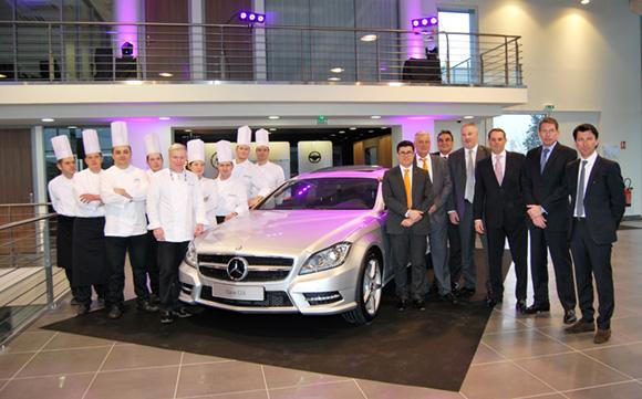 5. Christian Têtedoie entouré de son équipe et les Directeurs Généraux de Mercedes-Benz France autour de la Classe CLS