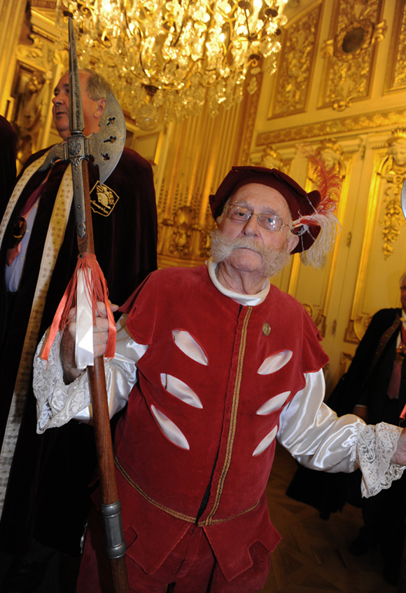 28. Loulou, le bodyguard du président des pennons