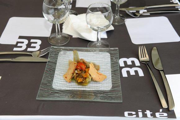 10. Sous la tente du 33 Cité, barigoule d'artichaut violet, copeaux de foie gras confit aux épices, chips de pain aux noisettes