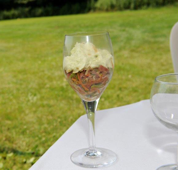 13. Chez Mathieu Viannay (La Mère Brazier), tartare de canard aux légumes croquants et sésame, émulsion au lait de concombre et curry