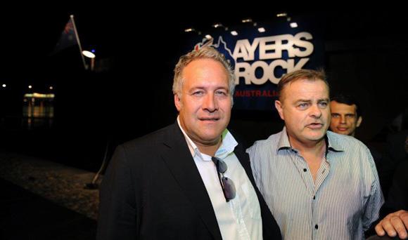 15. Laurent Duc accueilli par Jean-Luc Chapelle (Ayers Rock)