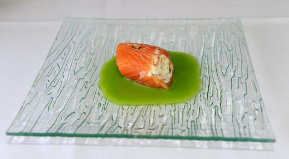 17. A la table de Christophe Marguin, cannelloni de saumon de Norvège aux petits légumes, coulis de petits pois