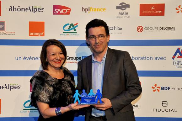 25. Trophée de l'innovation économique remis par Nadine Castellani, directrice de la communication Orange à Renaud Sornin (ALG Attestation legale)