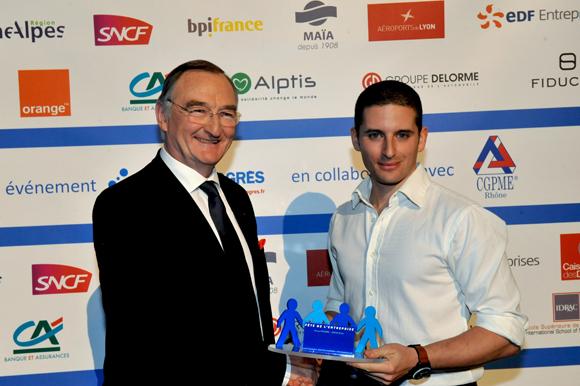 26. Trophée de l'Innovation sociale remis par Patrick François, directeur régional Rhône-Alpes-Caisse des dépôts à Michaël Schwartz (La Cordée)