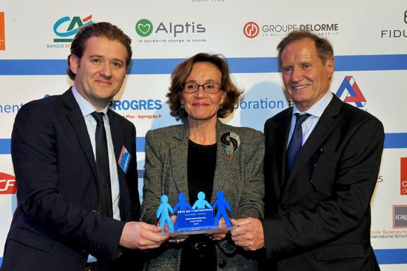 30. Trophée « Made In Rhône-Alpes » remis par Laurence Eymieu, directrice régionale SNCF Rhône-Alpes à Henri Pain et son fils Guillaume (Le Joint technique)