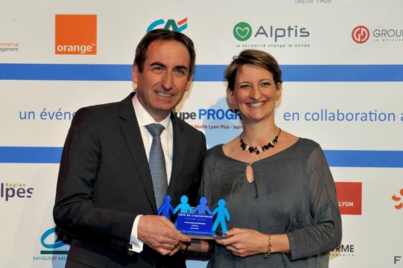 37. Trophée de la femme chef d'entreprise de l'année remis par Bernard Buisson (CA Centre-Est) à Sylvie Guinard (Thimonnier)