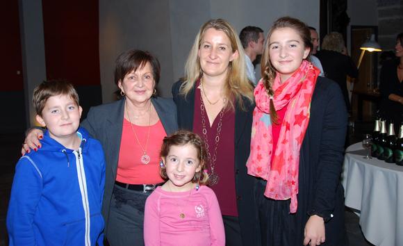 27. Danielle Pierrefeu (Présidente de l'Association Les Gastronomes de Lyon) entourée de sa fille et de ses petits enfants