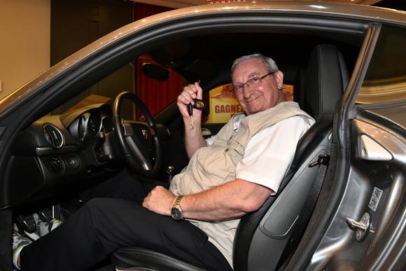 Casino Le Lyon Vert. Il repart au volant d'une Porsche !