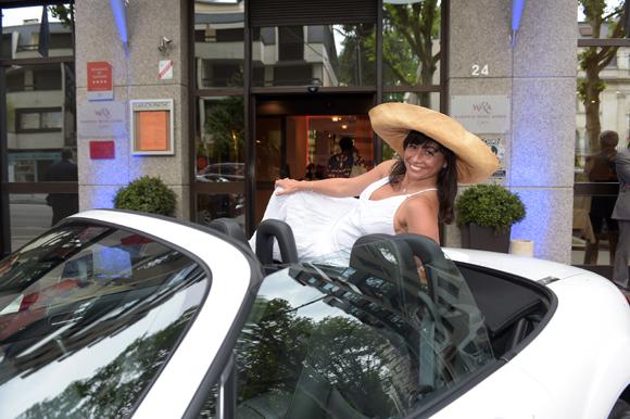 1. Arrivée de Joëlle dans sa cabriolet Mazda MX-5