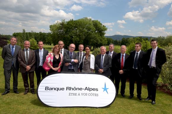 17. Les directeurs d'agence groupe Est lyonnais de la Banque Rhône-Alpes autour d'Yvon Lea