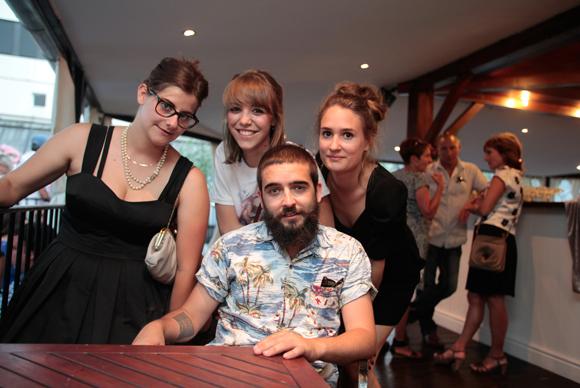 37. Lucas entouré de Lucy, Sarah et Flora ou « Charly et ses drôles de dames »