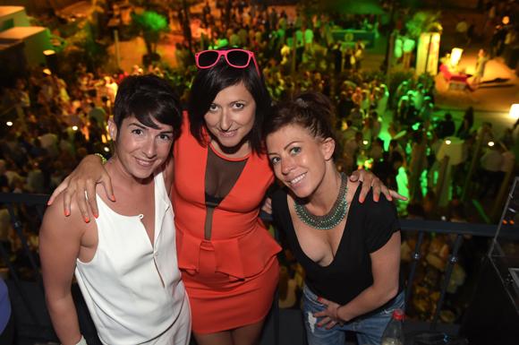 56. La chanteuse de la soirée Claire, Severine et Andréane