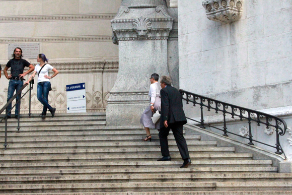 Les adjoints à la Ville de Lyon Richard Brumm et Anne Brugnera pressent le pas pour rejoindre l'intérieur de la basilique