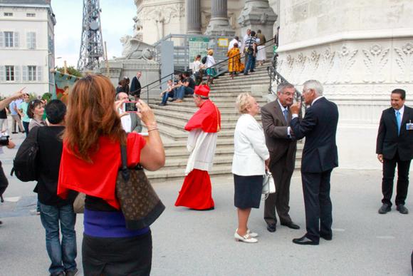 5. Pendant que la conseillère municipale de Lyon Fabienne Lévy (UDI) immortalise la scène, le cardinal Barbarin tente de s'éclipser...