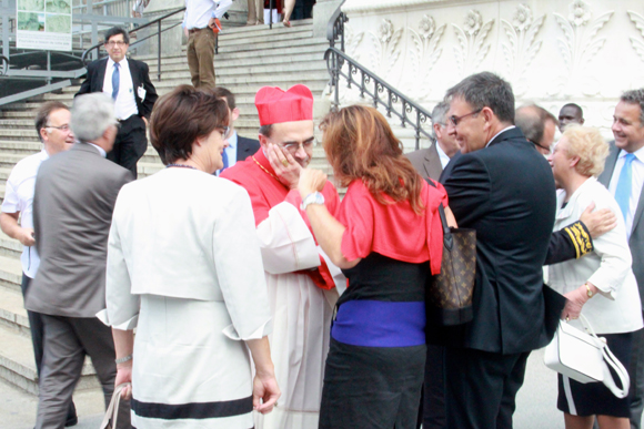 6. Rattrapé par la patrouille, le cardinal Barbarin fait contre mauvaise fortune bon cœur et engage la conversation avec Fabienne Lévy