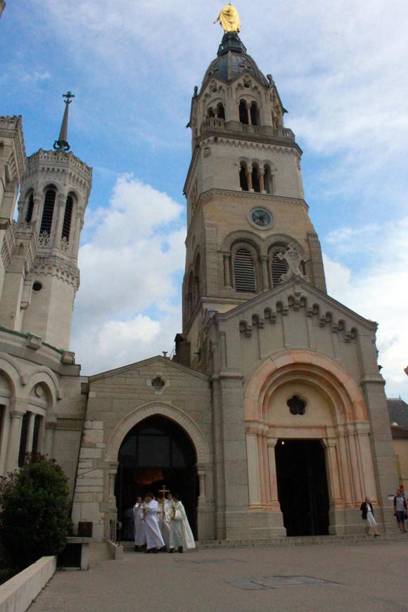 10. Du côté de la chapelle de la Vierge, les célébrants se préparent
