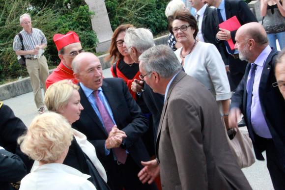 11. Tandis que le sénateur-maire de Lyon Gérard Collomb est arrivé aux côtés de son épouse Caroline