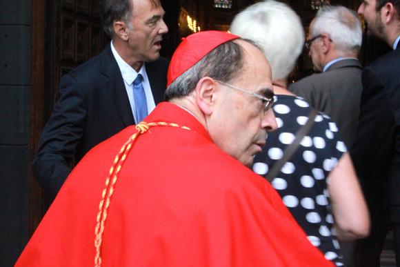 16. L'heure pour le cardinal Barbarin de rejoindre l'autel pour célébrer la messe de la Nativité de la Vierge