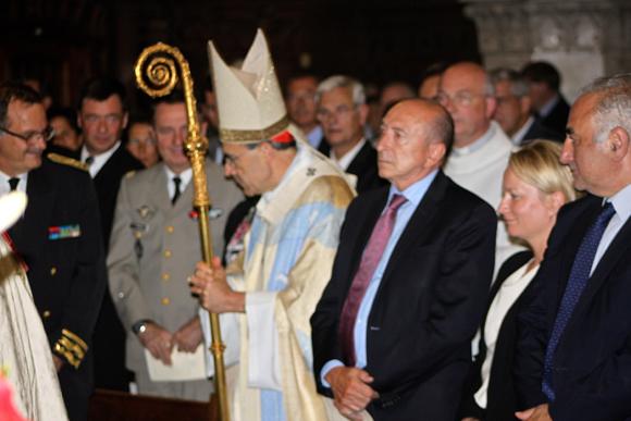 21. Le cardinal Barbarin remonte la nef, passage obligé devant les officiels