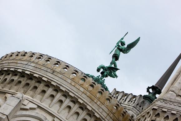 32.  ...sous l'œil bienveillant de l'archange Saint-Michel terrassant le dragon (bronze du sculpteur Millefaut)