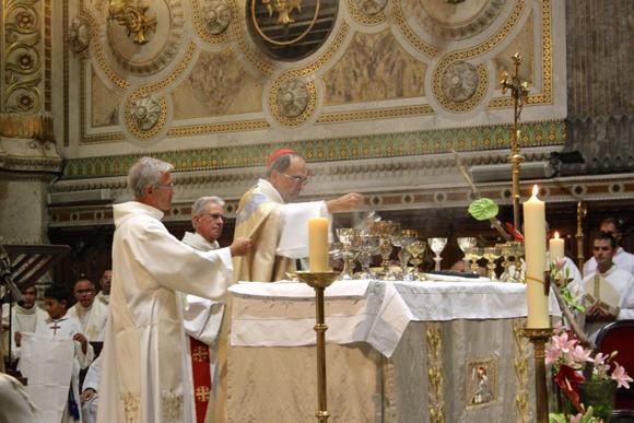 26. Encensoir en main, le cardinal prépare l'eucharistie
