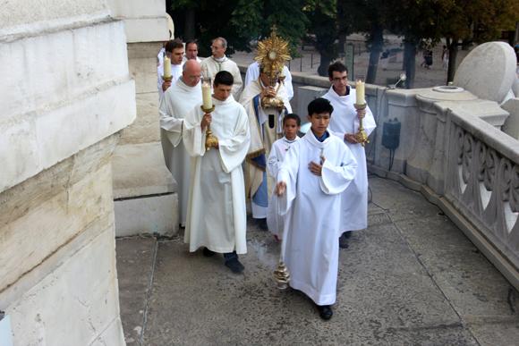 27. La procession précède l'arrivée du cardinal Barbarin sur la balcon de Fourvière pour bénir la ville