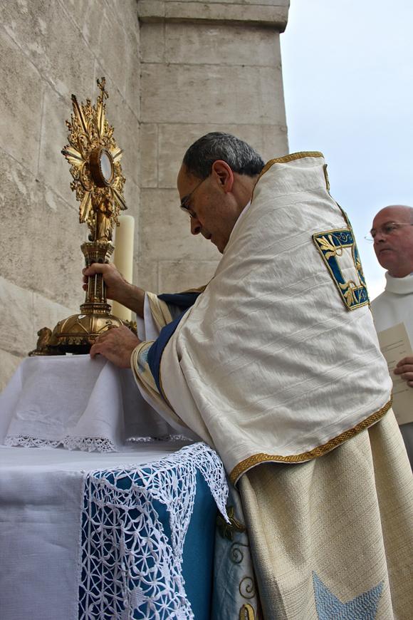 29. Pieu recueillement du Primat des Gaules sur l'autel dressé sur le balcon de Fourvière
