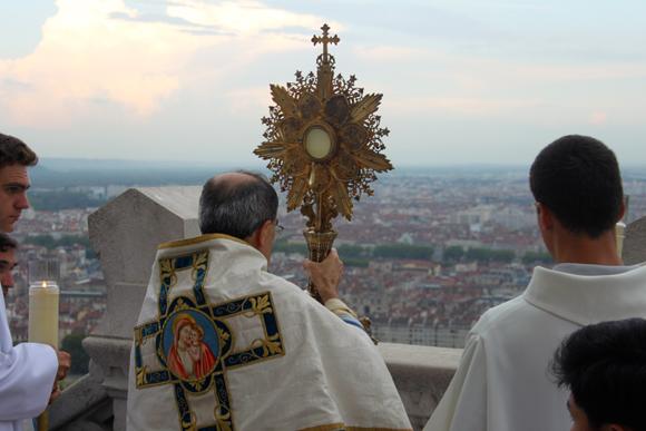 31. Brandissant l'ostensoir, l'archevêque de Lyon bénit la ville