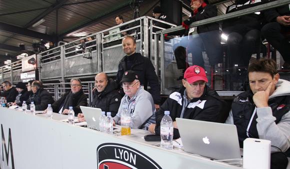 27. En tribune de presse, nos consultants Julien et Jean-Marie au coude à coude avec le staff du LOU Rugby