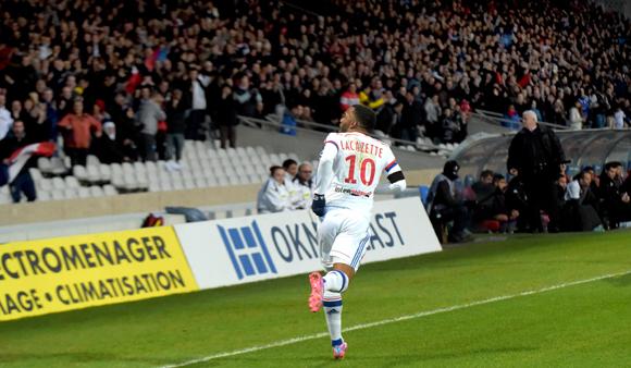 Le show Lacazette devant les tribunes VIP d'OL-Toulouse