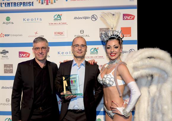 19. Trophée de l'innovation économique remis à Guillaume Chollet (Loyalty Expert) par Olivier Faure, directeur Orange Centre-Est