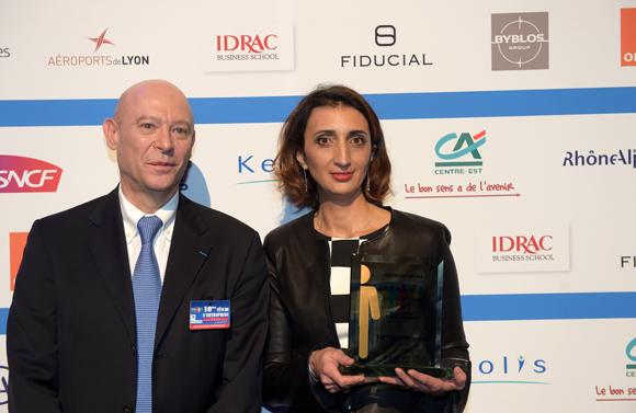 20. Trophée de l'innovation sociale remis à Maria Coulon Lamier (UBIC Concept & développement) par Philippe Bernand, directeur des Aéroports de Lyon