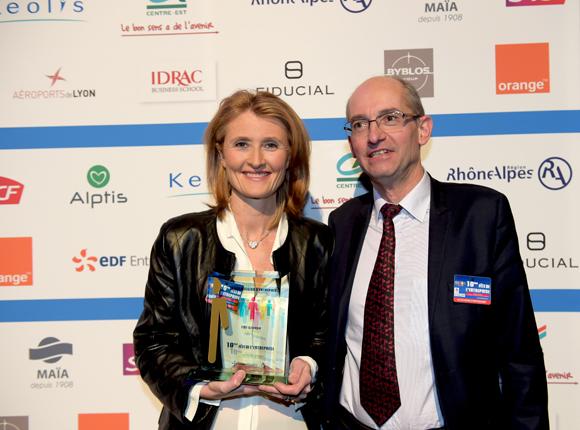 22. Trophée de la transmission d'entreprise remis à Loetitia Colas (FMI Groupe) par  Pascal Jacquesson, DG de Keolis