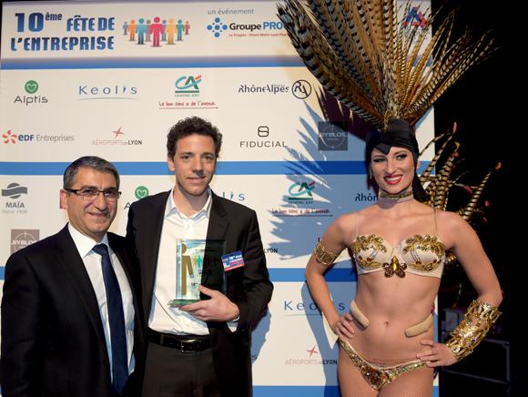 23. Trophée de l'environnement remis à Gaspard de Preneuf (Duc & Preneuf) par Christian Missirian, directeur EDF Commerce RAA