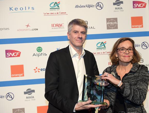 25. Trophée made in Rhône-Alpes remis à François Grosse (Forcity) par Laurence Eymieu, directrice régionale de la SNCF