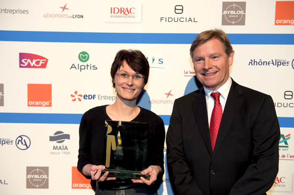 27. Trophée de la responsabilité sociétale de l'entreprise remis à Juliette Jarry (ADEA présence) par Jean-Paul Babey (Alptis)