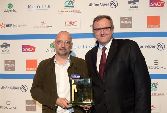 28. Trophée de la TPE de l'année remis à Gilles Barbier (Handicap.fr) par Jean-Marc Jaumouillé (Fiducial)