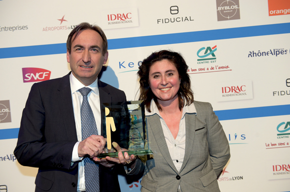 32. Trophée de la femme chef d'entreprise de l'année remis à Maud Billard-Coester (Groupe Kardol) par Bernard Buisson (CA Centre-Est)