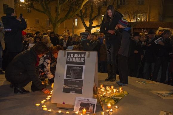 1.500 à 2.000 personnes réunies place des Arts à Villefranche pour un hommage aux victimes de l'attentat qui a frappé Charlie Hebdo
