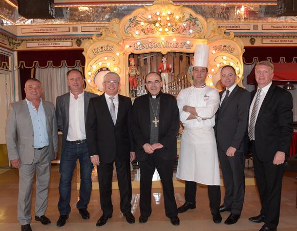 32. Le cardinal Philippe Barbarin, Elie Cunat, Vincent le Roux et l'équipe MBM Association