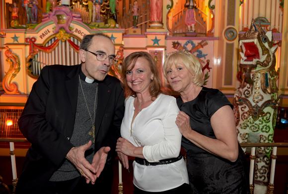61. Le cardinal Philippe Barbarin, Isabelle Mercier et la photographe Evelyne Cureau