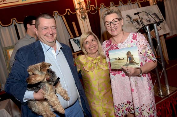 65. Brigitte Lhermet (Club Med) récompensant Christophe Marguin et son épouse Nicole, gagnants d'un séjour au Club Med