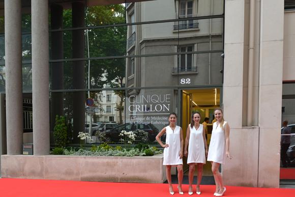 1. Les hôtesses vêtues en infirmière devant l'entrée de la clinique