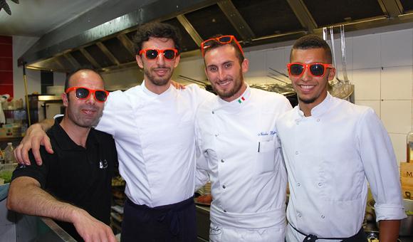 11. En cuisine, l'équipe de Nicolas : Mouss, Allan et Greg