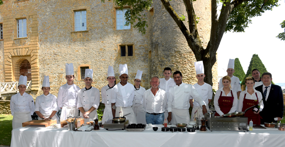 35. Jean-Claude Lavorel et Jean-Alexandre Ouaratta, entourés de l'équipe de restauration du Château de Bagnols