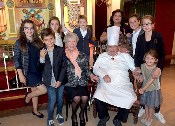 29. Paul Bocuse, son épouse Raymonde, leur fille Françoise et leurs  arrière petits enfants